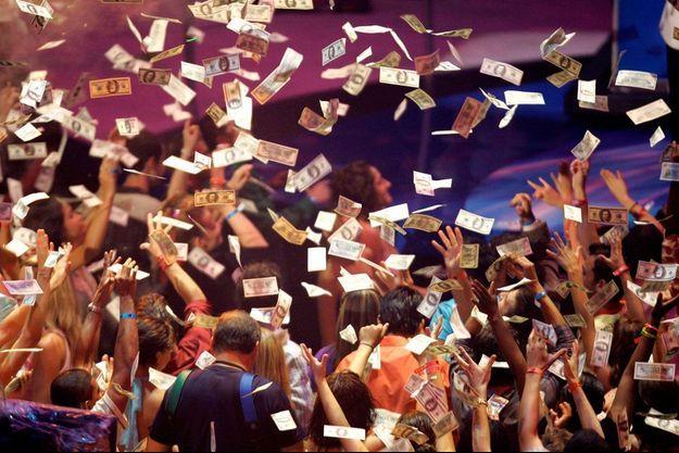 Une pluie de billets pendant un performance de Kanye West and Jamie Foxx.