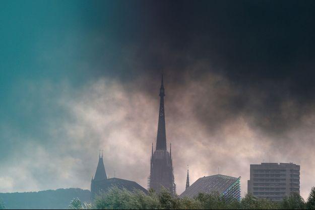 L'incendie, qui n'a pas fait de victime, avait donné lieu à un panache de 22 km de fumée noire de long au-dessus de l'agglomération de Rouen.