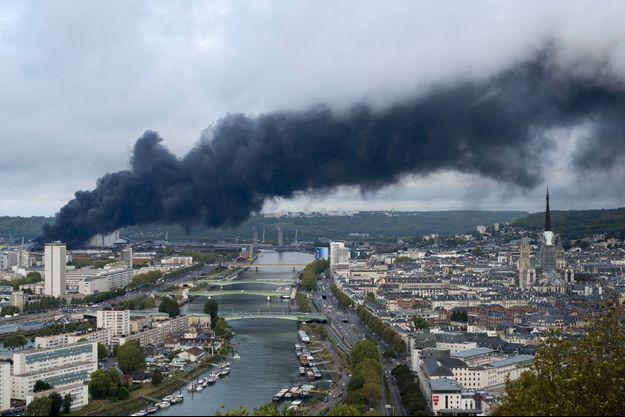 L'incendie de l'usine Lubrizol de Rouen, jeudi.
