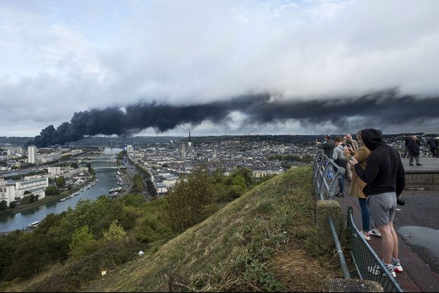 Le panache de fumée noire issus de l'incendie de l'usine Lubrizol, au dessus de Rouen le 26 septembre dernier.
