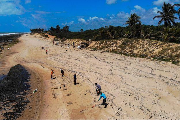 Une plage souillée par du pétrole au Brésil.