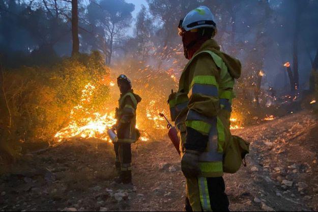 Les pompiers ont oeuvré dans la nuit de mardi à mercredi contre un incendie, près de Marseille.