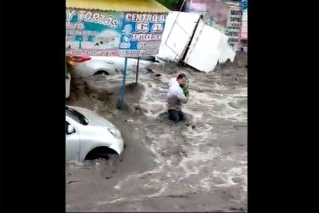 Un homme sauve un bébé des flots à Ecatepec.