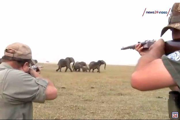 Les deux hommes filmés en train d'abattre un éléphant en Namibie.