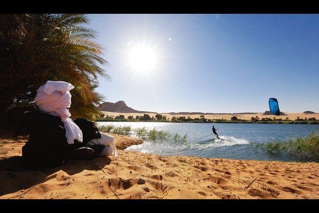 Dans le nord-est du Tchad, au cœur du désert d'Ennedi, le petit lac Yoa, 3 kilomètres carrés, est tout ce qui reste d'une mer intérieure de 400 000 kilomètres carrés. Un pasteur toubou observe Nicolas Hulot.