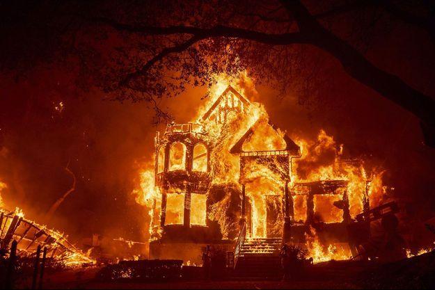 Une auberge en proie aux flammes à Saint-Helena, en Californie, le 27 septembre dernier. Les catastrophiques incendies qui dévastent l'Etat sont une manifestation extrême des conséquences du changement climatique.