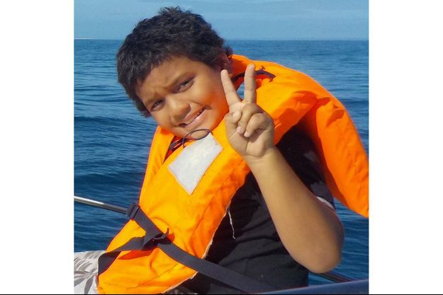 Anthony avant avoir grièvement blessé par un requin bouledogue.