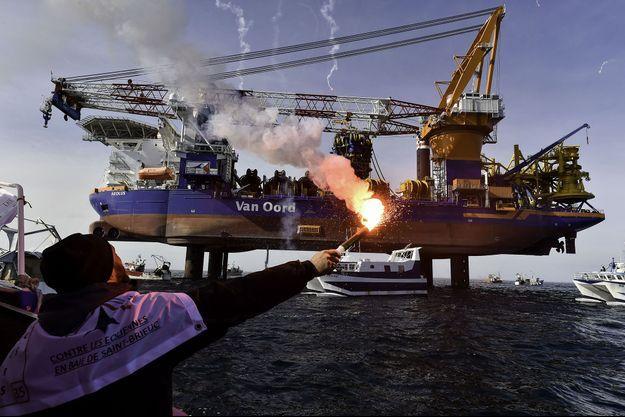 La mobilisation devant le navire de forage Aeolus.