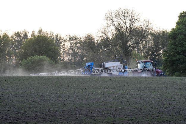 Epandage de pesticides dans un champ.