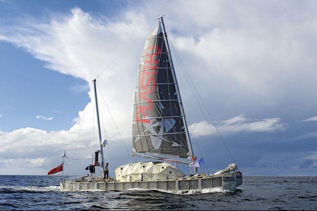 Le « Plastiki », 18 mètres de long, à l'approche de Sydney, le 26 juillet 2010.