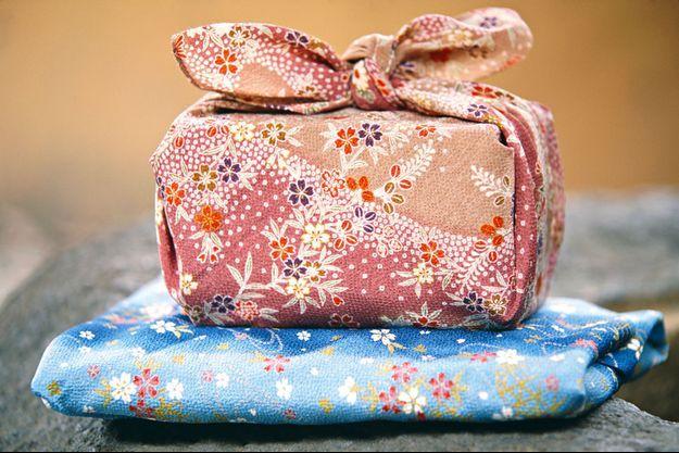 Un cadeau emballé selon la technique du furoshiki.