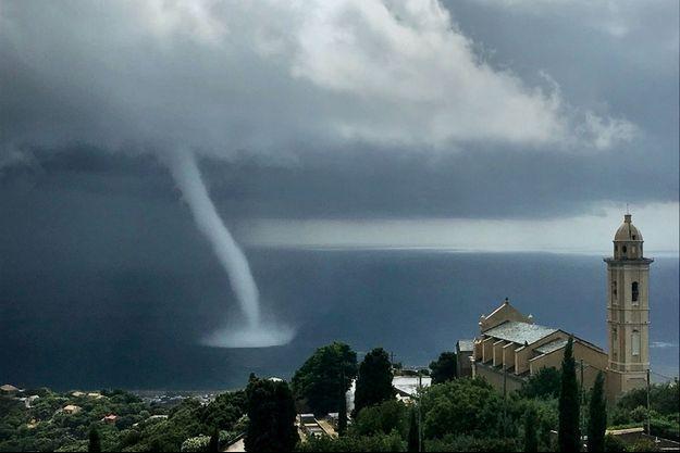 Une trombe marine se forme au large de Bastia, lundi 15 juillet.