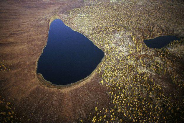 Lacs dans une haute vallée glacière, dans les Monts de Verkhoiansk.