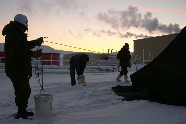 Des hommes à la base militaire, à Alert, au Canada.