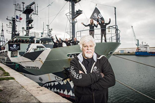 Devant le « Sam Simon », l'un des neuf bâtiments de Sea Shepherd Conservation Society, Paul Watson et son équipage de bénévoles, dans le port de La Rochelle, fin avril 2015, après l'opération « Icefish », 11e campagne de défense de l'association.