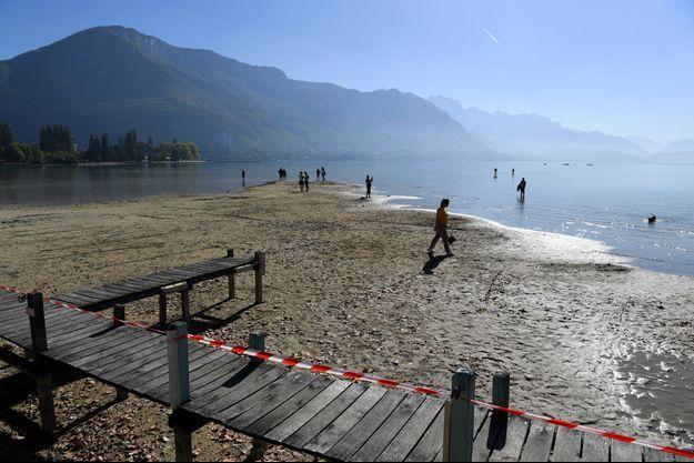 Le lac d'Annecy photographié le 28 septembre 2018, affiche un niveau très bas.