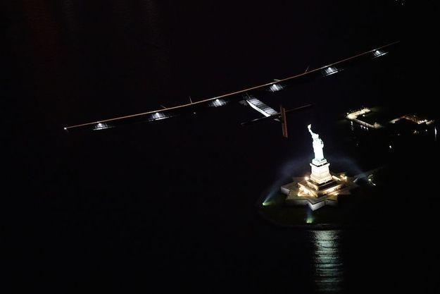 Solar Impulse au-dessus de la statue de la Liberté