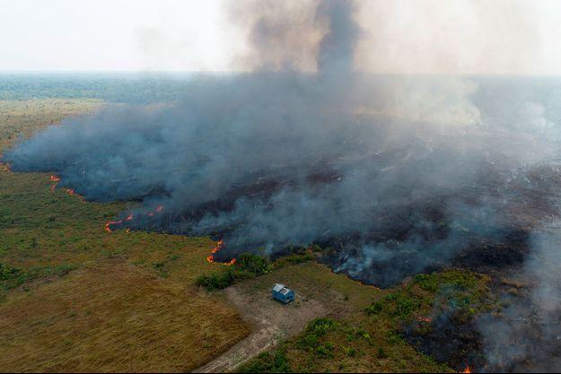 Les flammes dévorent une parcelle déforestée de l'Amazonie à Porto Velho, au Brésil, le 27 août. Vue prise d'un drone.