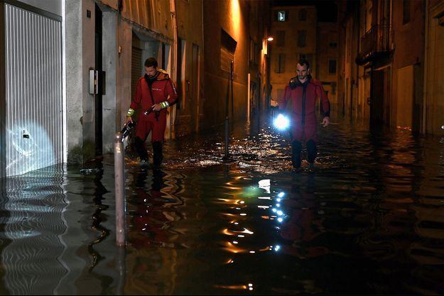 Dans une rue inondée d'Agen cette nuit.