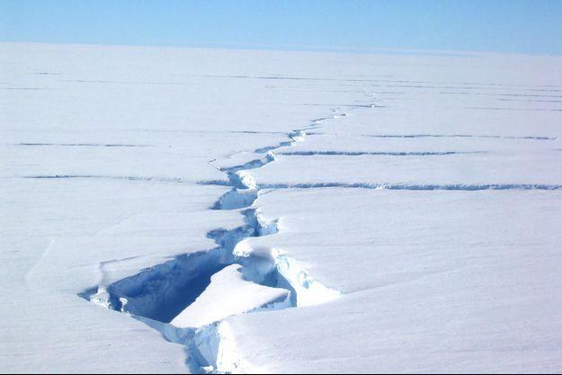 Une fissure dans la banquise en Antarctique.