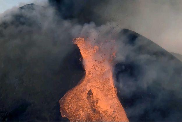 A quelques mètres au-dessus d'une fontaine de lave du volcan Cumbre Vieja, à La Palma.