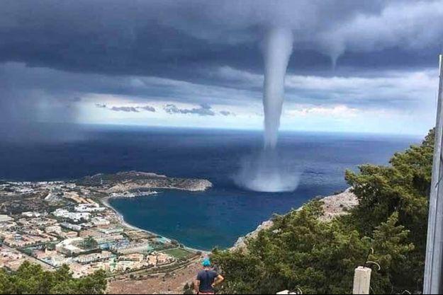 La trombe marine près de l'île de Santorin.