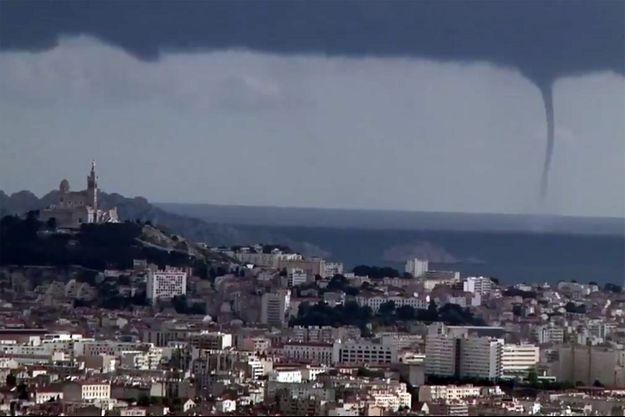 La trombe marine s'est formée lundi vers 18h30 près de Marseille.