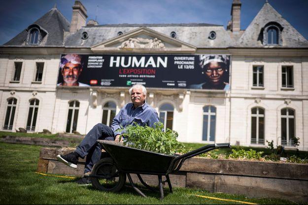 Yann Arthus-Bertrand devant le Domaine de Longchamp, en mai 2017