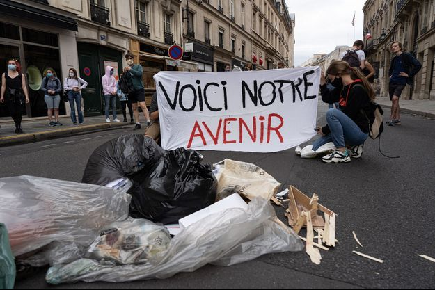 Des militants écologistes à Paris.