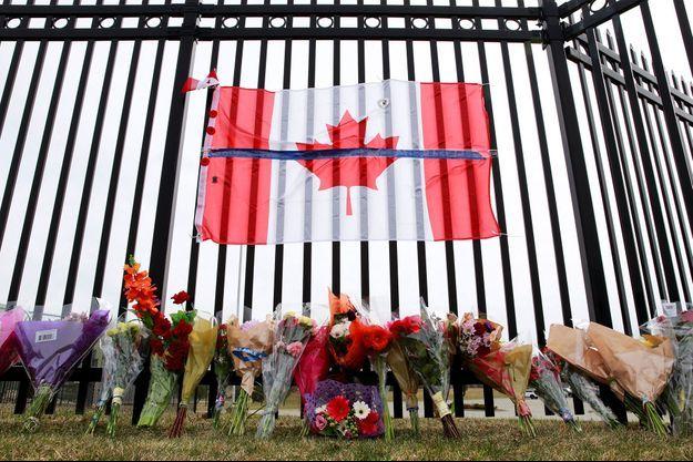 Des bouquets déposés devant le siège de la Gendarmerie royale du Canada, en Nouvelle-Ecosse, dont une membre a été tuée dans la pire fusillade de l'histoire du Canada ce week-end. Au total, au moins 18 personnes ont perdu la vie.