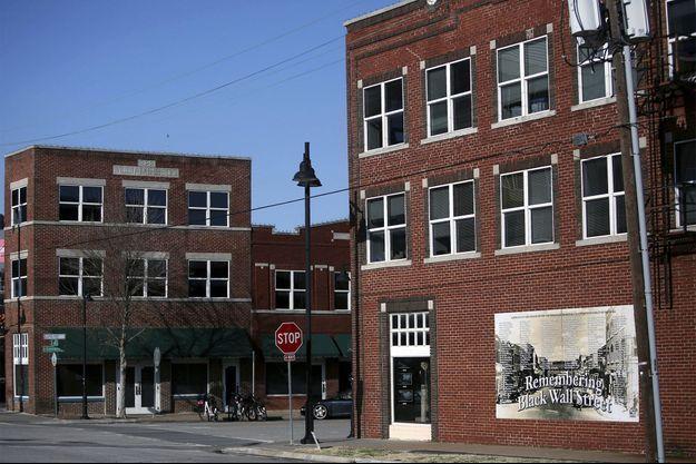 """A Tulsa, un panneau célèbre la mémoire de la """"Black Wall Street"""", théâtre d'un massacre en 1921."""