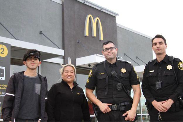 Les agents et employés du restaurant, qui ont aidé à femme en danger.