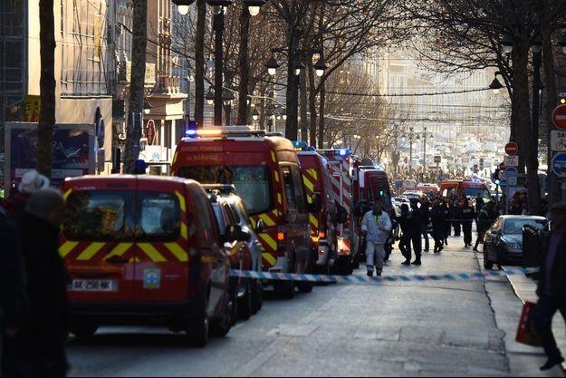 Les secours dans le secteur de la Canebière à Marseille, mardi après-midi.