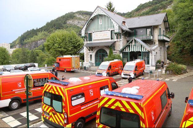 Les pompiers devant l'entrée du funiculaire, à Lourdes, le 10 août.