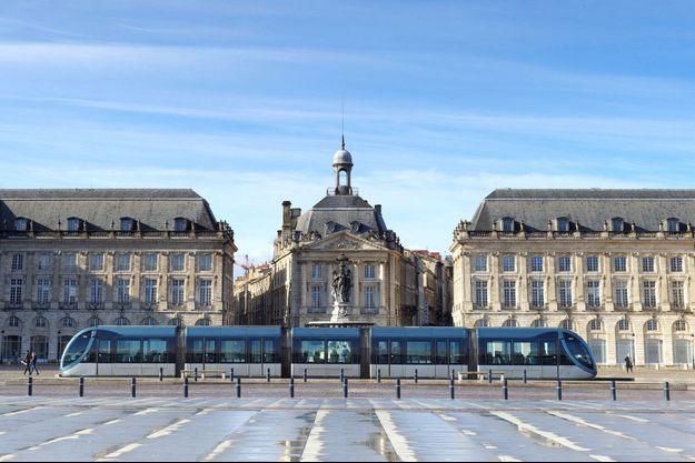 Le tramway devant la place de la Bourse, à Bordeaux.