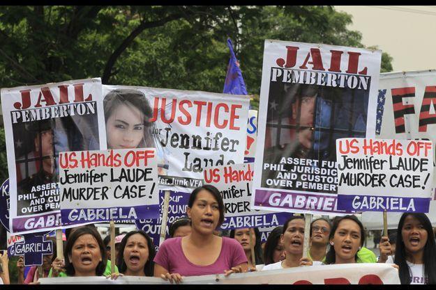 Lundi, de nombreux manifestants se sont réunis devant l'ambassade américaine.