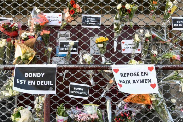Des fleurs et mots déposés devant la maison de quartier Nelson Mandela à Bondy, où Aymen a perdu la vie.