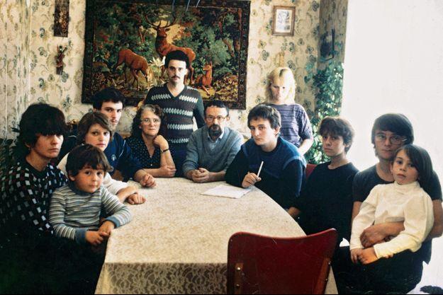Fin octobre 1984 : le clan Villemin en deuil, quelques jours après la mort du petit Grégory : de gauche à droite, Ginette Villemin, la femme de Michel et son fils Daniel dans les bras, Marie-Christine Villemin et son mari Gilbert, Monique Villemin et son mari Albert, les grands-parents, Jean-Marie Villemin et son épouse Christine, Michel Villemin, le frère de Jean-Marie et sa fille Christelle sur les genoux. Debout, Bernard Noël et son épouse Jacqueline, la soeur de Jean-Marie.
