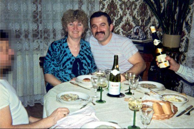 Les Jacob, à la fin des années 1980. Leur alibi a été remis en question et les expertises graphologiques désignent Jacqueline comme l'un des « corbeaux ». L'homme flouté serait Roger, son amant.
