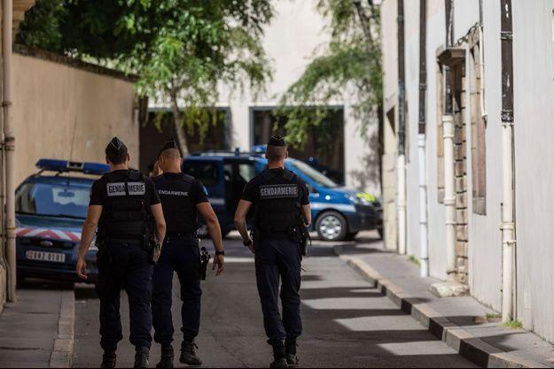 Devant le tribunal de Dijon, où Marcel et Jacqueline Jacob ont été présenté à un juge, vendredi.