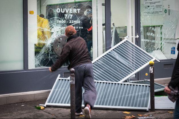 Boulevard Magenta samedi, deux policiers se sont réfugiés dans une laverie. La vitrine est détruite, des projectiles sont lancés et explosent la vitre.