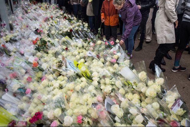 Devant le bar PMU des parents d'Alexia, certaines roses se sont fanées, elles ont été aussitôt remplacées par d'autres.