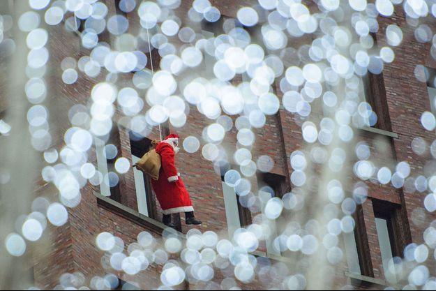 Un escaladeur vêtu en Père Noël sur un immeuble à Berlin (image d'illustration).
