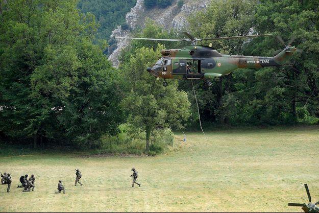 D'importants moyens aériens, notamment des hélicoptères, ont été déployés.