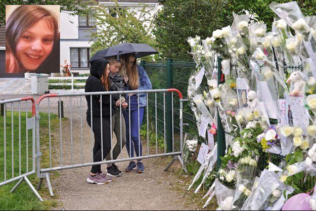 Devant le mémorial improvisé à l'entrée du parc où Angélique, en médaillon, avait l'habitude de jouer.
