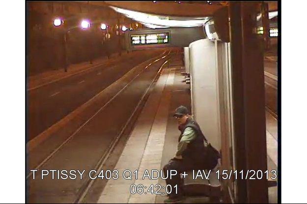Le suspect, captée par la vidéosurveillance, le 15 novembre 2013, avant son attaque à BFMTV.