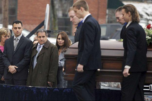 Aux obsèques de Connie Dabate, en manteau gris, son mari Richard.