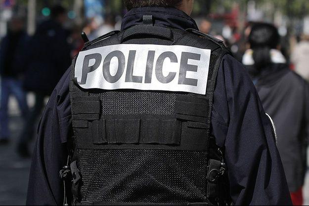 Policier sur les Champs-Elysées à Paris.