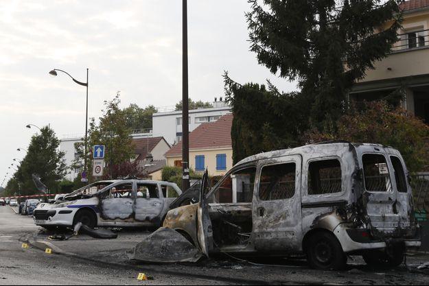 Les véhicules de police incendiés à Viry-Châtillon, le 8 octobre 2016.