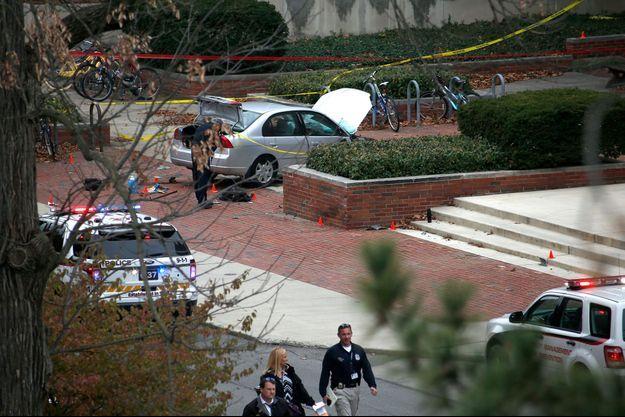 La police examine la scène de crime sur un campus de l'université de l'Ohio